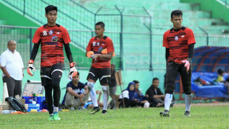 Kurniawan Kartika Aji dan 2 kiper Arema FC lainnya sedang berlatih di Stadion Kanjuruhan, Malang. Copyright: © Ian Setiawan/INDOSPORT
