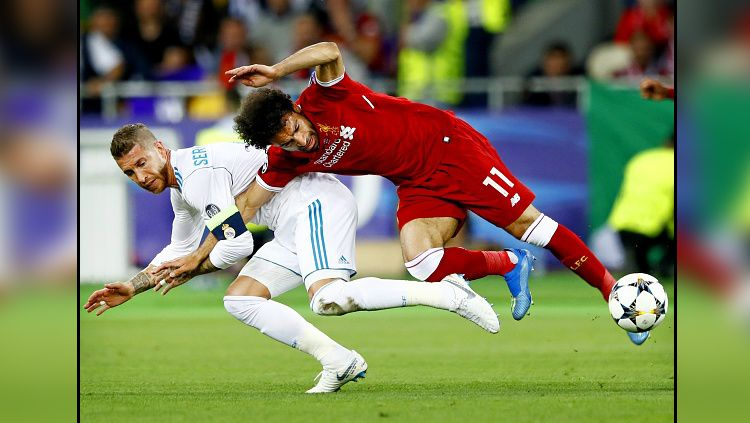 Insiden antara Sergio Ramos (kiri/Real Madrid) vs Mohamed Salah (Liverpool) di final Liga Champions (27/05/18) lalu. Copyright: © Getty Images