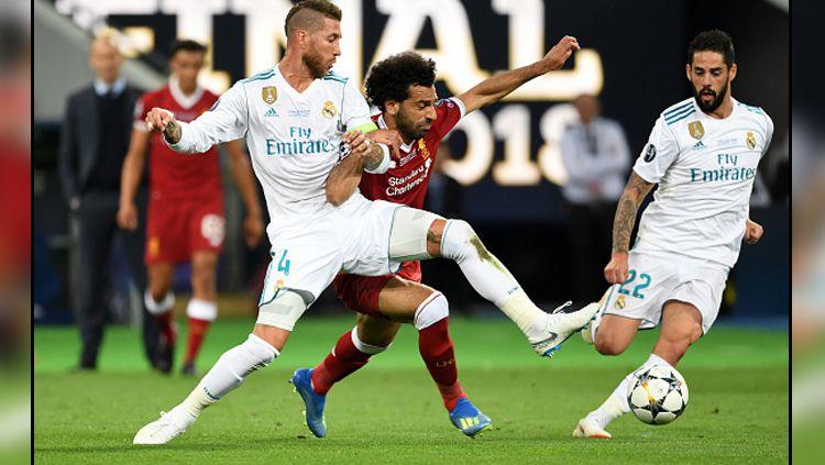 Momen saat duel antara bek tengah Real Madrid, Sergio Ramos (kiri) melawan Mohamed Salah, penyerang Liverpool dalam pertandingan final Liga Champions (27/05/18) kemarin. Copyright: © Getty Images