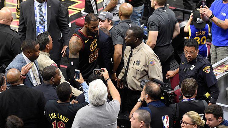 LeBron James saat meninggalkan lapangan menuju ruang ganti. Copyright: © INDOSPORT