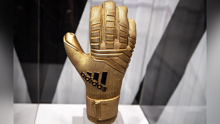 Sarung tangan emas sebagai penghargaan individu untuk kiper terbaik di Piala Dunia 2018 mendatang. Copyright: © SoccerBible