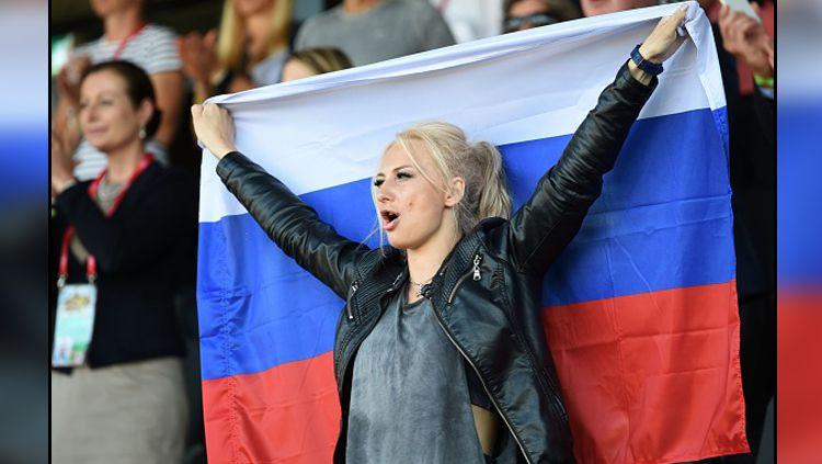 Salah satu fans wanita asal Rusia yang berada di tribun penonton. Copyright: © Getty Images