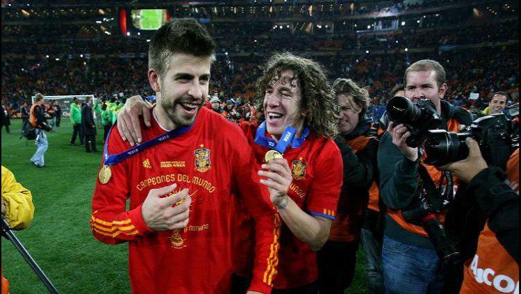 Gerard Pique (kiri) dan Carles Puyol saat memenangkan Piala Dunia 2010. Copyright: © Sport.co.uk