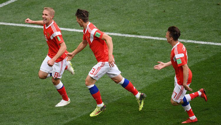 Yury Gazinsky merayakan gol perdananya di Piala Dunia 2018 melawan Arab Saudi. Copyright: © INDOSPORT