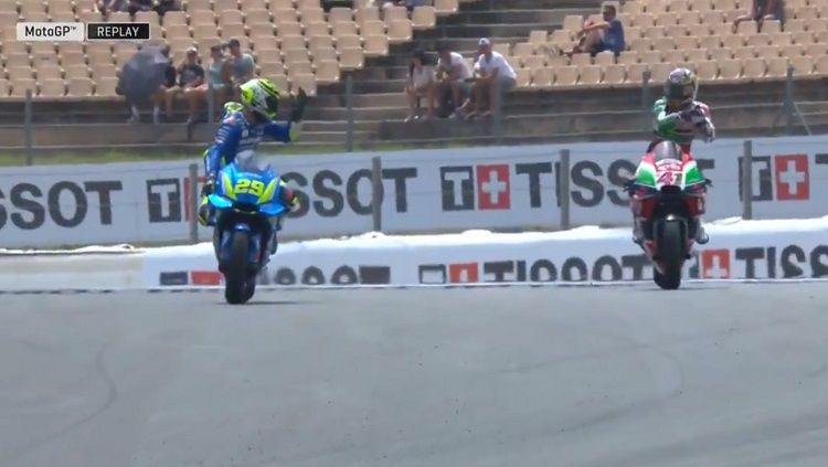 Cekcok yang terjadi antara Andrea Iannone dan Aleix Espargaro di MotoGP Catalunya 2018. Copyright: © Twitter @motoGP.