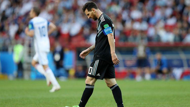 Lionel Messi menunduk kecewa pasca gagal penalti. Copyright: © INDOSPORT