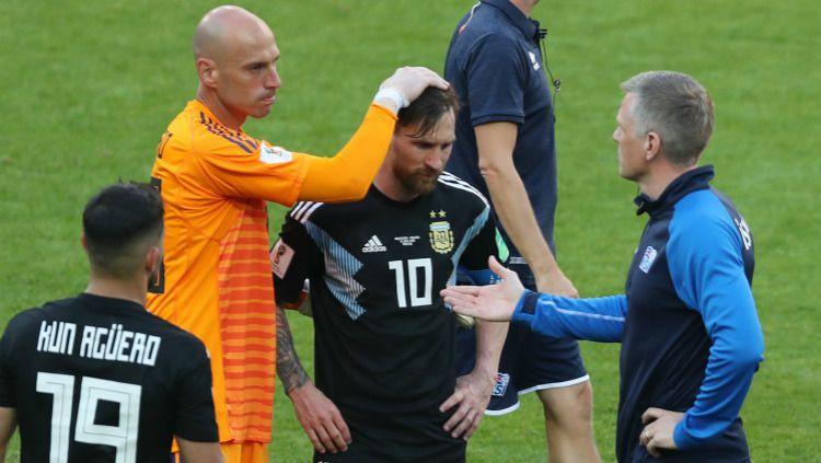Lionel Messi bersedih usai laga Grup D Piala Dunia 2018, Argentina vs Islandia, Sabtu (16/06/18). Copyright: © Getty Images
