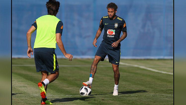 Neymar saat sedang latihan bersama Timnas Brasil. Copyright: © INDOSPORT