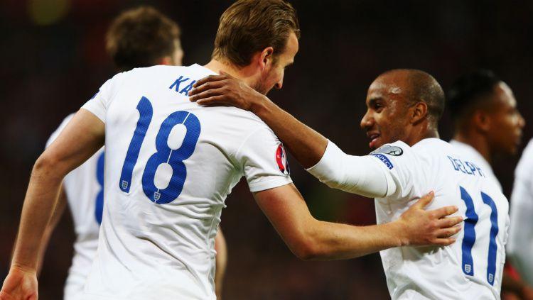 Penyerang Inggris, Harry Kane, merayakan gol debutnya di Timnas Inggris bersama Fabian Delph. Copyright: © Getty Images
