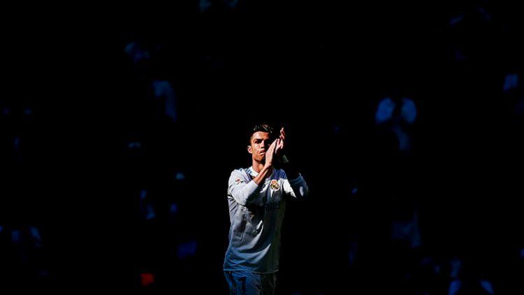 Cristiano Ronaldo tampak bertepuk tangan kepada penggemarnya. Copyright: © INDOSPORT