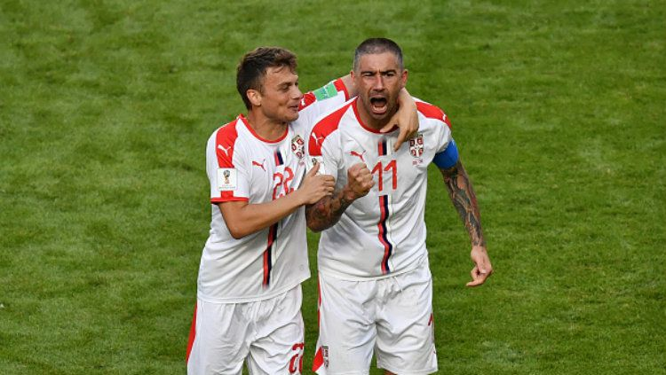 Adem Ljajic ikut merayakan gol yang dicetak oleh Aleksandar Kolarov ke gawang Kosta Rika di Piala Dunia 2018. Copyright: © Getty Images
