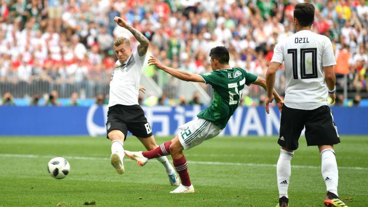 Hirving Lozano melepaskan tembakan kaki kanan yang menjadi gol pertama Meksiko ke gawang Jerman. Copyright: © Getty Images