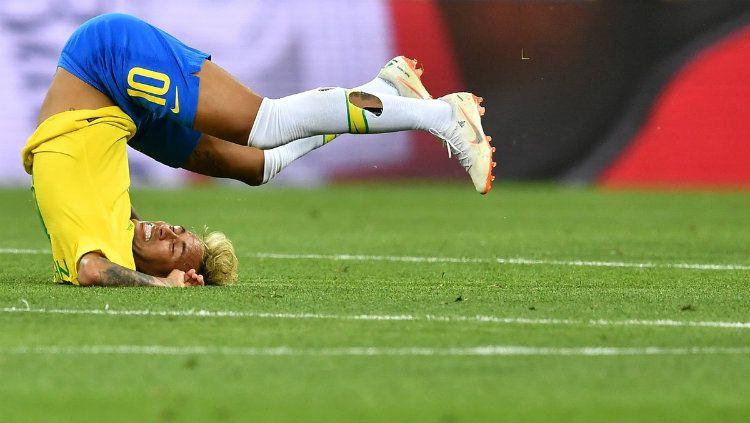 Neymar yang terjatuh usai berjibaku dengan pemain Swiss di Piala Dunia 2018. Copyright: © INDOSPORT.com