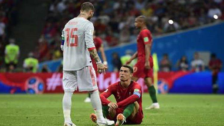 Ronaldo di hadapan Sergio Ramos dalam laga Portugal vs Spanyol. Copyright: © Marca
