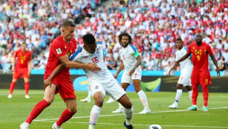 Toby Alderweireld berusaha merebut bola dari pemain Panama, Senin (18/06/18). Copyright: © fifa.com