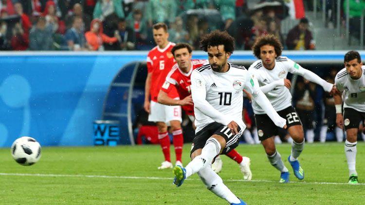 Gol penalti Mohamed Salah ke gawang Rusia di Piala Dunia 2018. Copyright: © FIFA.com