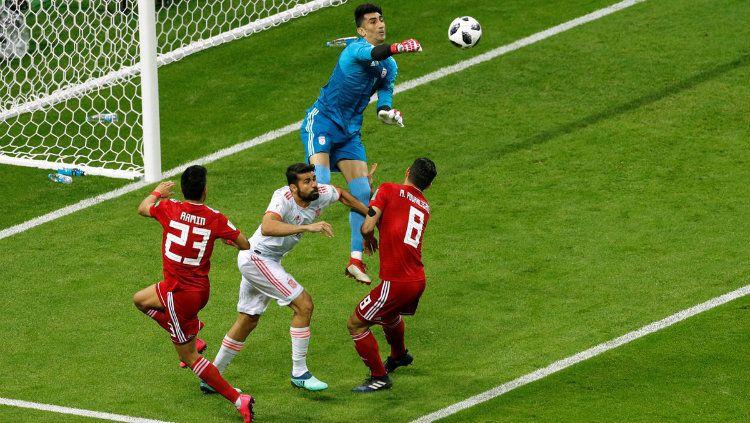 Kiper Iran Alireza Beiranvand saat menghalau bola di Piala Duna 2018. Copyright: © Getty Images