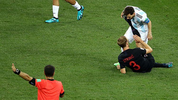 Lionel Messi saat dilanggar pemain Kroasia. Copyright: © INDOSPORT