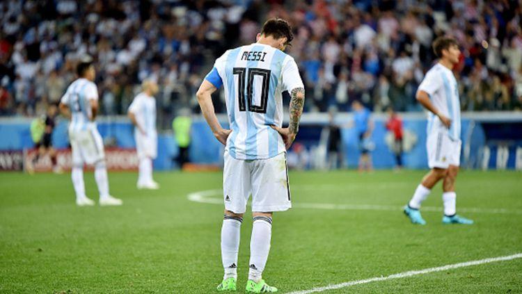 Lionel Messi tertunduk lesu usai gawang Argentina kebobolan. Copyright: © INDOSPORT