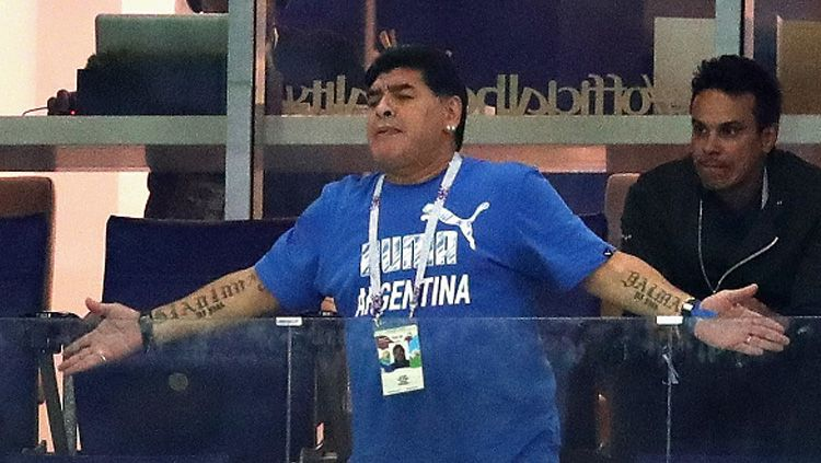 Diego Maradona saat menyaksikan laga Timnas Argentina di Piala Dunia 2018. Copyright: © Getty Images