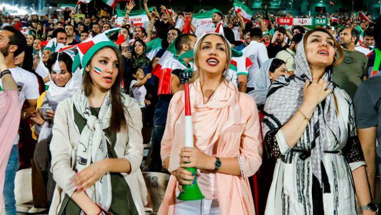 Suporter wanita Timnas Iran diperbolehkan nonton sepakbola di stadion. Copyright: © INDOSPORT