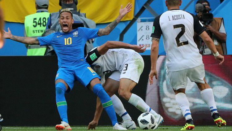 Diving Neymar di Laga Brasil melawan Kosta Rika di Piala Dunia 2018 (22/06/18). Copyright: © Reuters