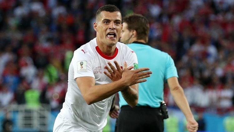 Granit Xhaka melakukan selebrasi Albanian Eagle usai cetak gol di laga Serbia vs Swiss di Piala Dunia 2018. Copyright: © INDOSPORT