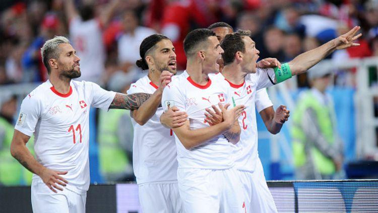 Granit Xhaka melakukan selebrasi 'Albanian Eagle' usai cetak gol di laga Serbia vs Swiss di Piala Dunia 2018. Copyright: © INDOSPORT
