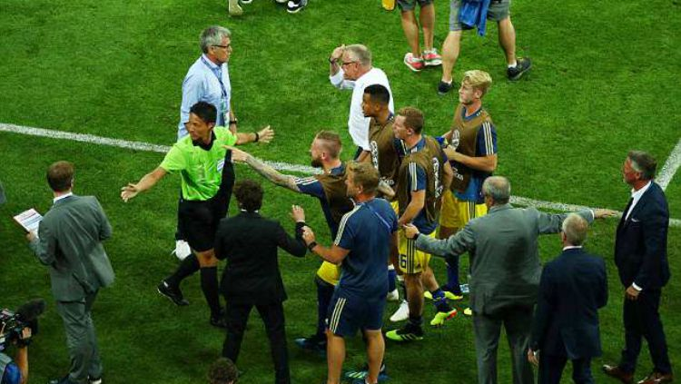 Laga Jerman vs Swedia sempat terjadi kericuhan antar staf pelatih. Copyright: © Reuters