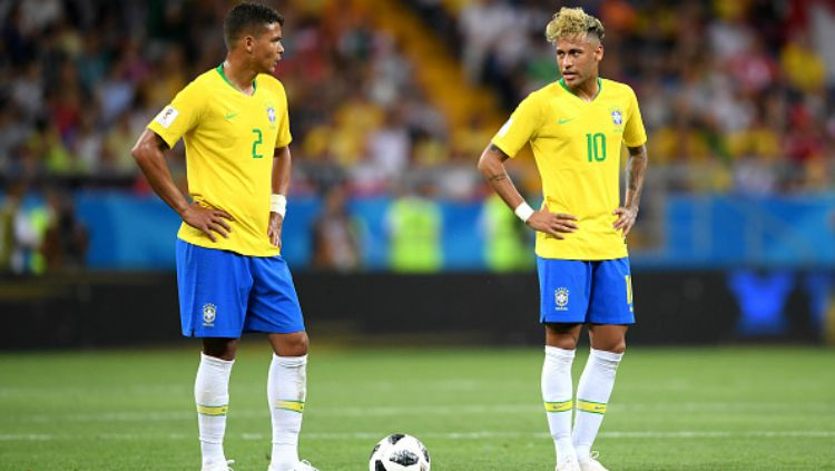 Thiago Silva dan Neymar berbincang di laga Brasil vs Swiss, Piala Dunia 2018. Copyright: © INDOSPORT