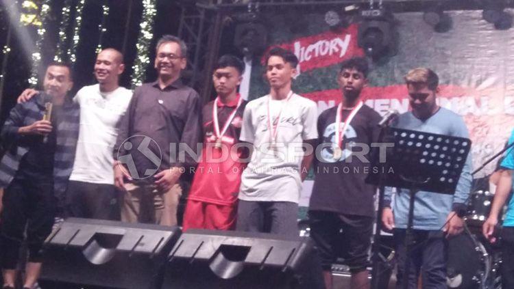 Sihar Sitorus bersama dengan Kurniawan DY, Riko Ceper dan 3 Pemain Muda Sumut. Copyright: © INDOSPORT/Kesuma Ramadhan
