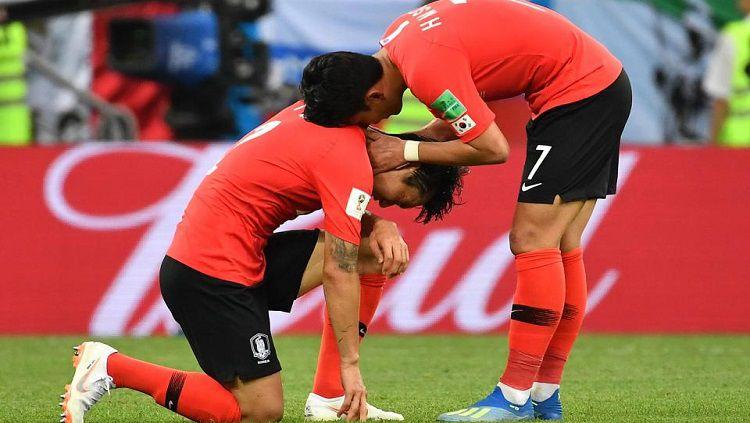 Son dan rekannya bersedih usai Korea Selatan gagal menang atas Meksiko. Copyright: © thesun.co.uk