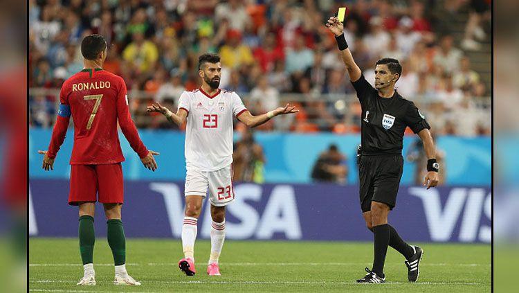 Protes dari Cristiano Ronaldo saat laga Portugal vs Iran. Copyright: © Getty Images