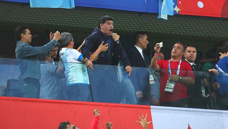 Diego Maradona acungkan jari tengah ke suporter Nigeria. Copyright: © INDOSPORT
