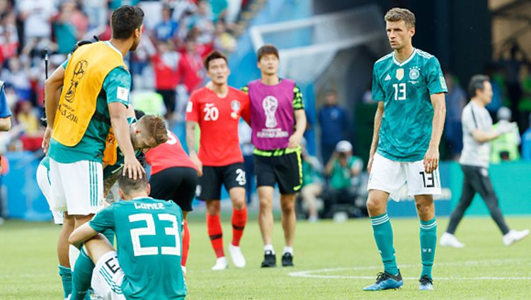 Para pemain Jerman tertunduk lesu usai kalah dari Korea Selatan. Copyright: © Getty Images