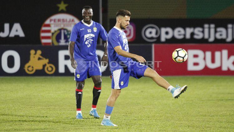 Duet lini depan Persib, Jonathan Bauman dan Ezechiel N'Douassel. Copyright: © Herry Ibrahim/Indosport.com