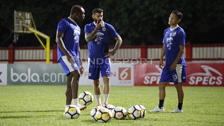 Ki-ka: Victor Igbonefo, Bojan Malisic, dan Oh In Kyun berbincang sebelum memulai latihan. Copyright: © Herry Ibrahim/Indosport.com