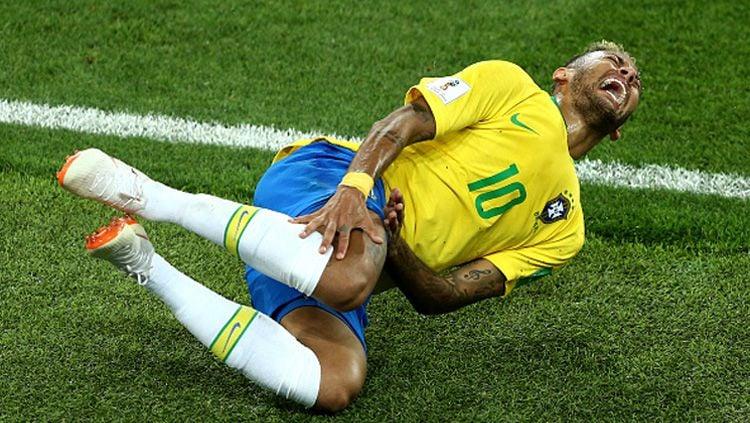 Neymar dinilai terlalu berlebihan saat mendapat pelanggaran dari pemain lawan di Piala Dunia 2018. Copyright: © INDOSPORT