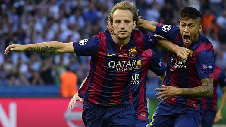 Ivan Rakitic (kiri) dan Neymar Jr saat masih bekerja sama di Barcelona pada musim 2014/15. Copyright: © Getty Images