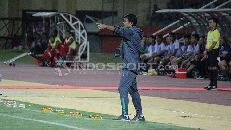 Indra Sjafri menginstruksikan pemain. Minggu (1/7/18) Copyright: © Fitra Herdian/INDOSPORT
