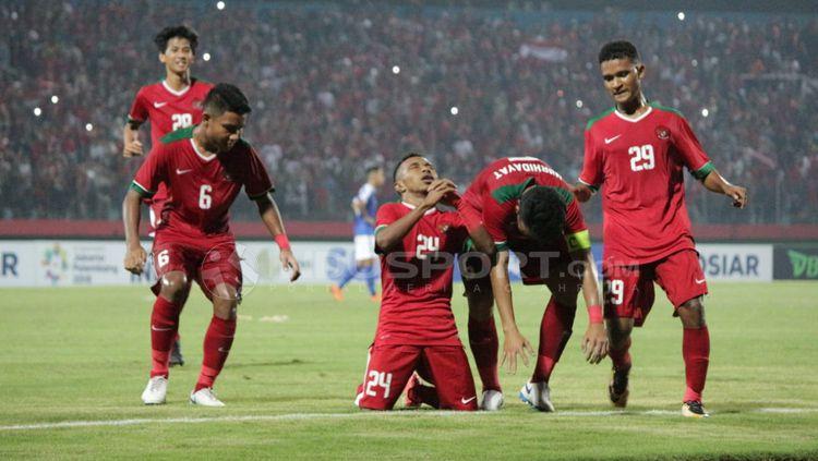 Aksi selebrasi Todd Ferre dan rekan satu timnya di Timnas Indonesia U-19. Copyright: © Fitra Herdian/Indosport