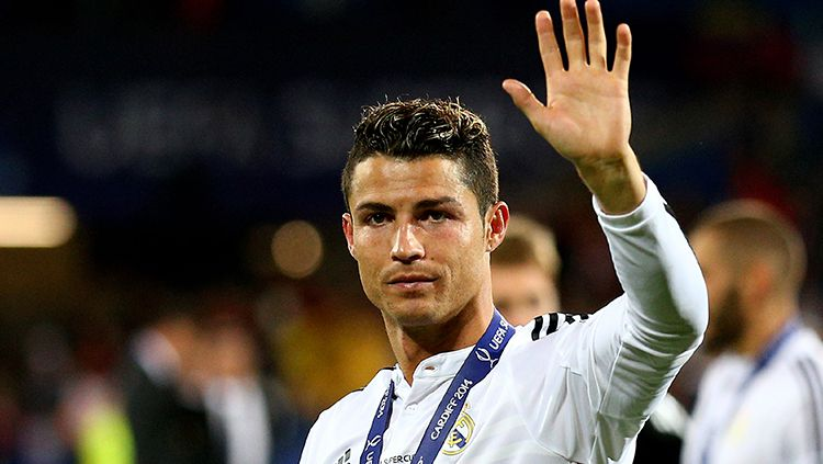 Cristiano Ronaldo melambaikan tangan. Copyright: © INDOSPORT