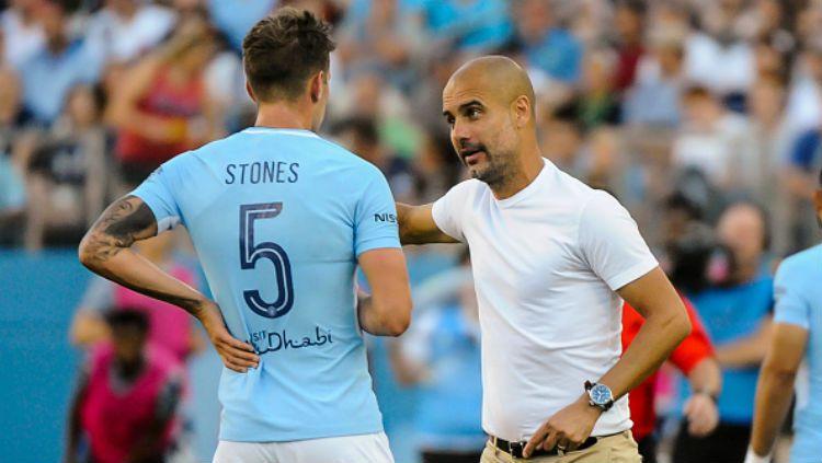 John Stones dan Pep Guardiola. Copyright: © INDOSPORT