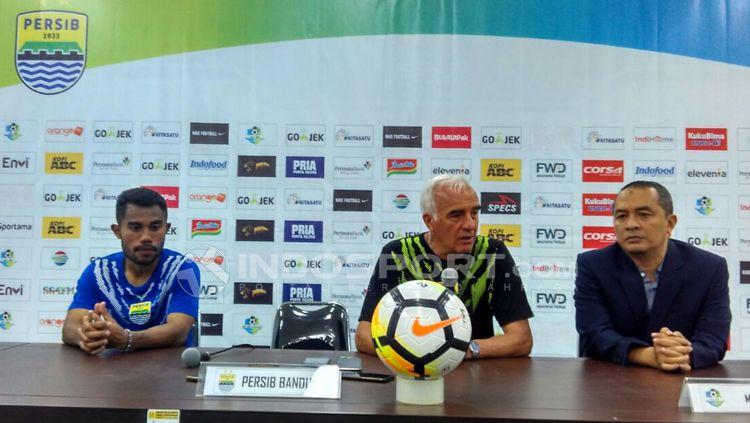 Pelatih Persib, Mario Gomez saat konferensi pers seusai menghadapi PSIS di Stadion GBLA, Kota Bandung, Minggu (08/07/2018). Copyright: © Arif Rahman/INDOSPORT