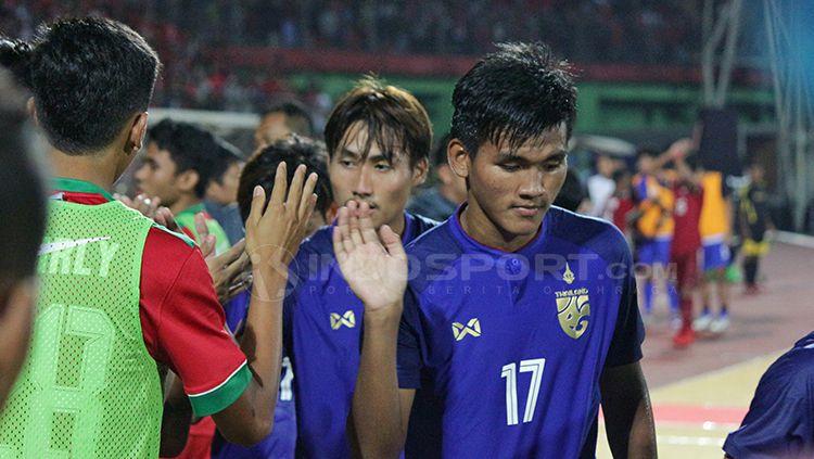 Pemain Thailand dan Indonesia melakukan tos sesudah laga. Copyright: © Fitra Herdian/INDOSPORT