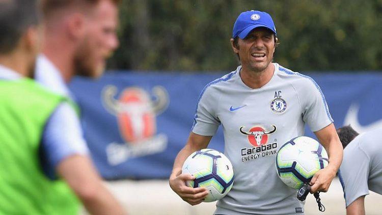 Antonio Conte saat masih mendampingi latihan pra-musim Chelsea di Cobham Training Centre Copyright: © Jersey Peeps