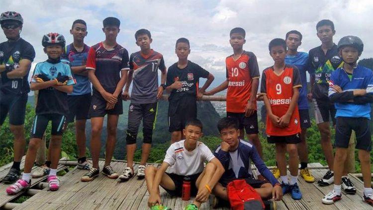 Skuat Wild Boar FC sedang berpose sebelum akhirnya mereka terperangkap di gua Thailand. Copyright: © theguardian