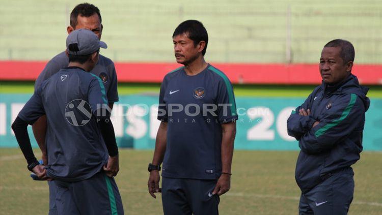 Indra Sjafri bersama staff pelatih dalam latihan timnas jelang laga semifinal Piala AFF U18. Copyright: © INDOSPORT/Fitra Herdian