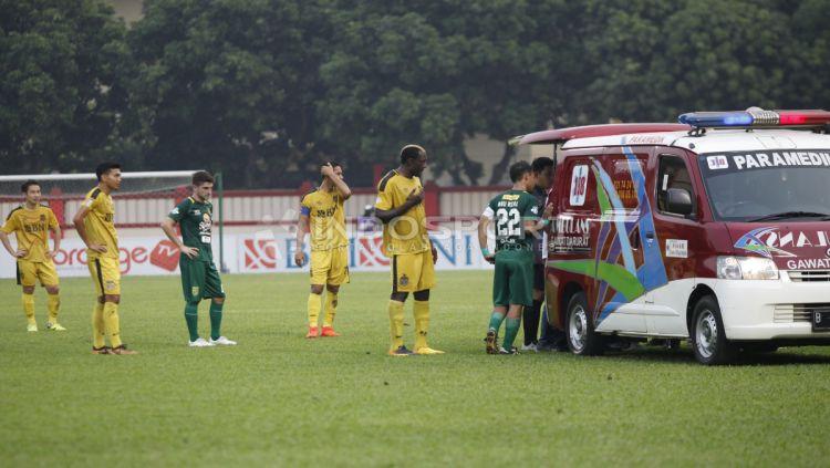 Andri Muladi mengalami kolaps di tengah lapangan akibat kepalanya terbentur tanah saat laga Bhayangkara FC vs Persebaya pada laga lanjutan Liga 1 2018, Rabu (11/07/18). Copyright: © INDOSPORT/Herry Ibrahim