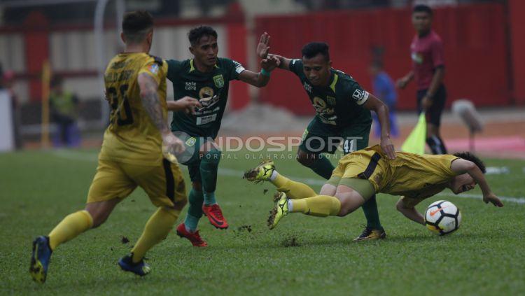 Bhayangkara vs Persebaya pada laga lanjutan Liga 1 2018. Copyright: © INDOSPORT/Herry Ibrahim